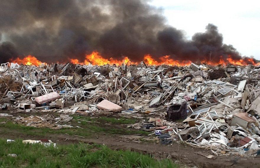 В Алматы горит мусорный полигон